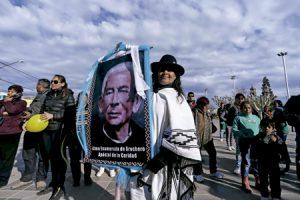 mujer lleva un póster con la imagen del Cura Brochero, primer sacerdote argentino que será canonizado en 2016
