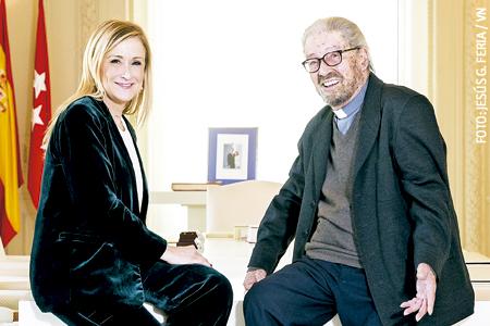 Cristina Cifuentes, presidenta de la Comunidad de Madrid, y Jaime Garralda, jesuita y fundador de Horizontes Abiertos