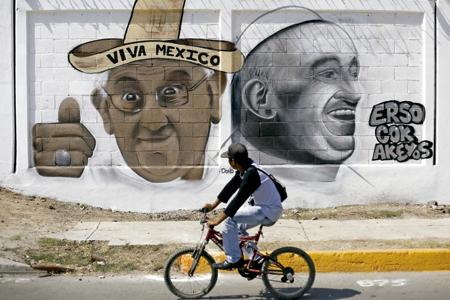 grafiti en un muro con dos imágenes del papa Francisco en Ciudad de México antes del viaje papal de febrero de 2016