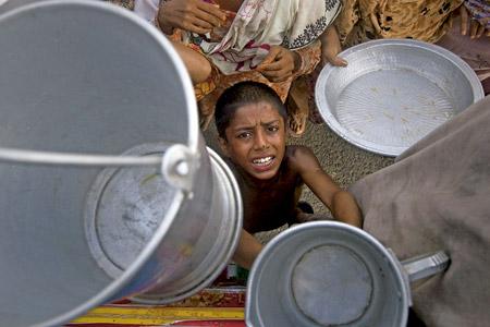 niño africano hambriento pide comida