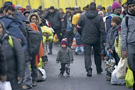 niño refugiado solo en medio de la multitud de adultos