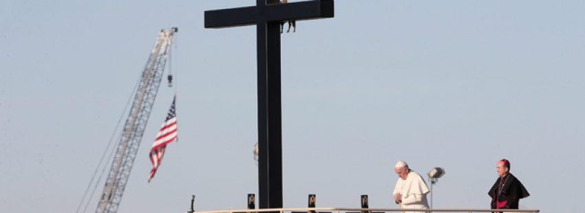 papa Francisco reza en Ciudad Juárez en la frontera México-Estados Unidos ante cruces en memoria de migrantes fallecidos