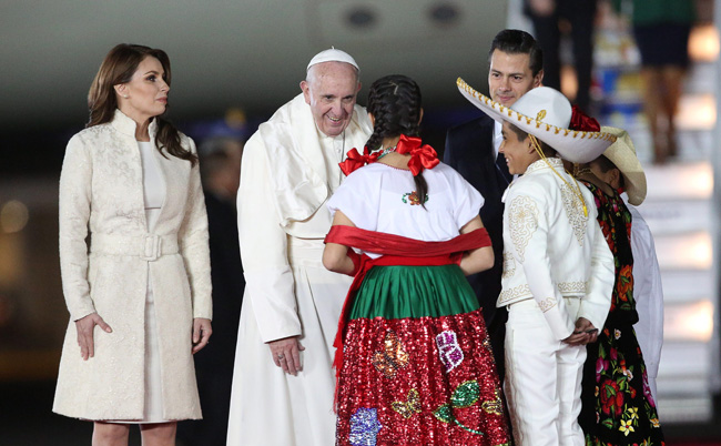 papa Francisco aterriza en el aeropuerto de Ciudad de México primer recibimiento 12 febrero 2016