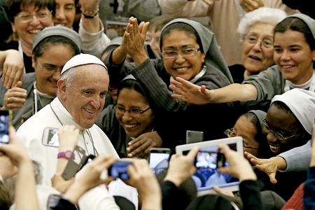 papa Francisco con religiosas en la clausura del Año de la Vida Consagrada en Roma 1 febrero 2016