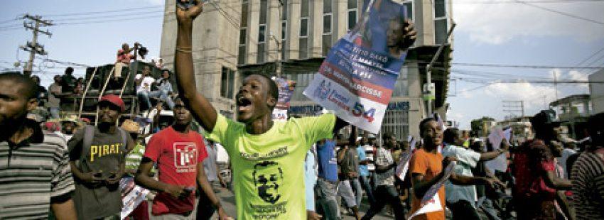 grupo de jóvenes opositores en Haití se manifiesta contra el presidente Michel Martelly cuando dimite febrero 2016