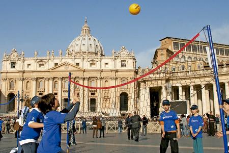 niños jugando al voleibol en la Plaza de San Pedro del Vaticano Roma