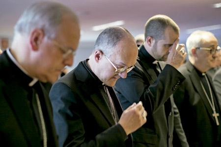 obispos españoles reunidos en Asamblea Plenaria de la Conferencia Episcopal Española rezando