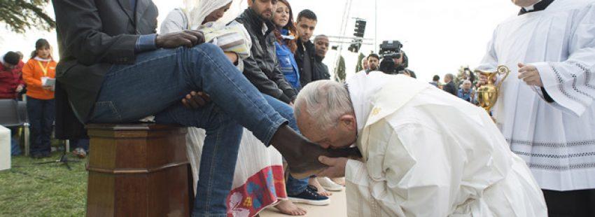 papa Francisco lava los pies a doce refugiados en un centro de Roma lavatorio de pies Jueves Santo 24 marzo 2016