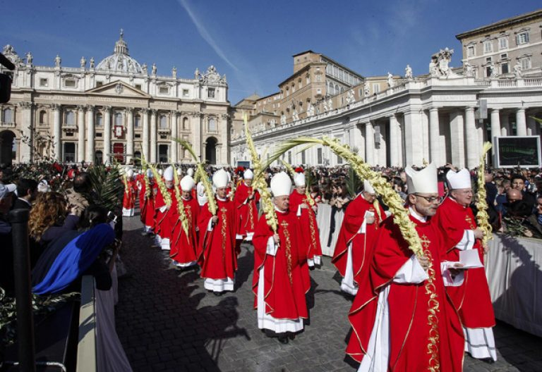 procesión de obispos con palmas misa de Domingo de Ramos en la Plaza de San Pedro del Vaticano 20 marzo 2016