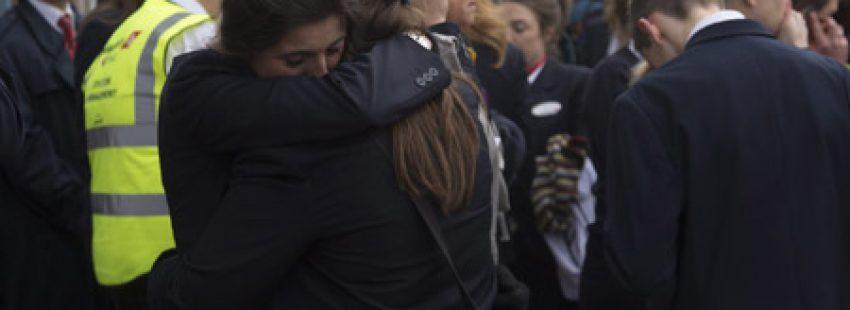 víctimas se abrazan y lloran por los atentados de Bruselas 22 marzo 2016