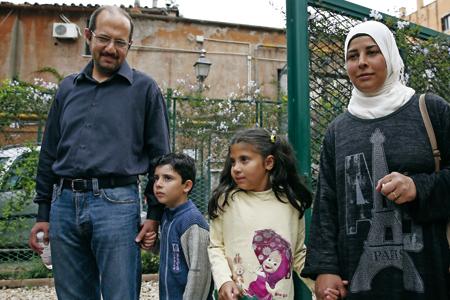 Wafa y Osama, una de las familias acogidas por Francisco en el Vaticano