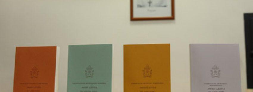 cuatro volúmenes de Amoris laetitia exhortación papa Francisco sobre amor en la familia