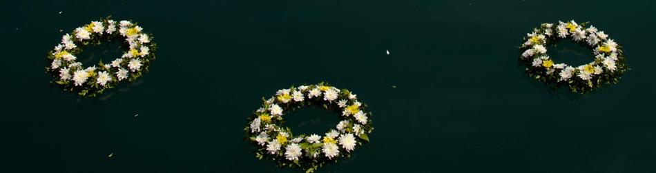 Corona de flores lanzada al mar por el Papa en Lesbos