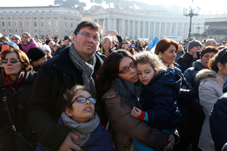 Una familia espera al Papa en la Plaza de San Pedro