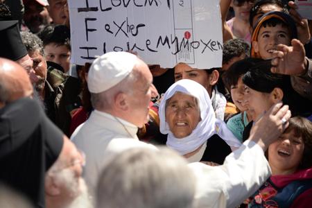 Francisco con refugiados en Lesbos