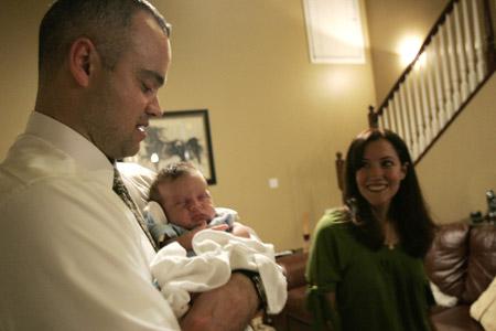 familia de un padre y una madre con un bebé en brazos