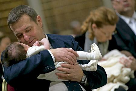 un padre y una madre sostienen un bebé cada uno