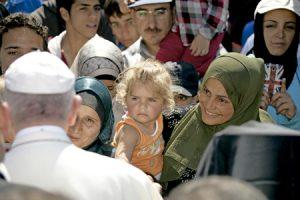 papa Francisco saluda a familias de refugiados en Lesbos 16 abril 2016