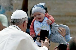 papa Francisco con un bebé en una audiencia general