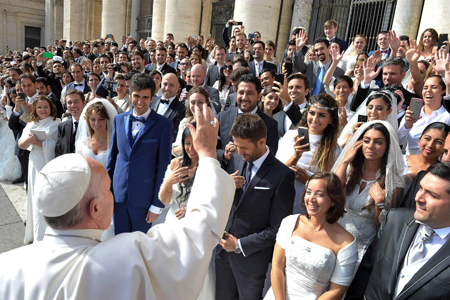 papa francisco bendice a novios matrimonio
