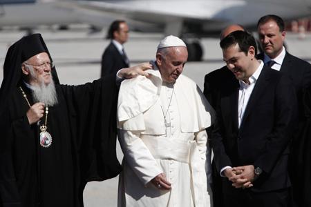 papa Francisco llega al aeropuerto de Lesbos recibido por el primer ministro Tsipras y el patriarca Bartolomé