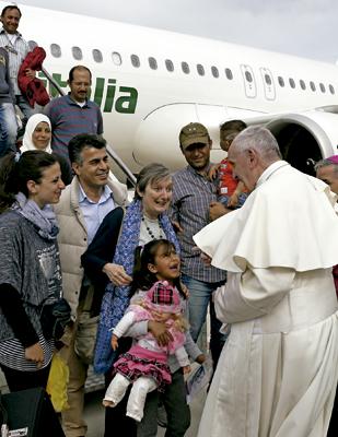 papa Francisco con los refugiados sirios que se trajo de Lesbos y ahora serán acogidos en el Vaticano, llegada al aeropuerto de Roma, 16 abril 2016