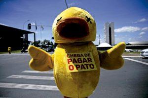 Mascota de la patronal brasileña pidiendo la imputación de la presidenta Dilma Rousseff