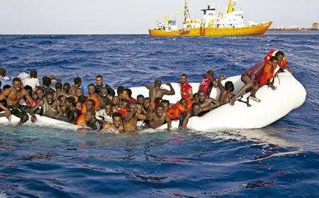 migrantes supervivientes en el naufragio de varias barcazas en el Mediterráneo 18 abril 2016