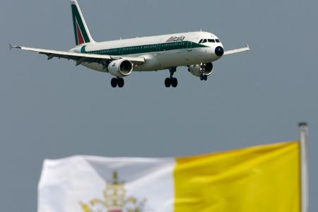 Avión del papa Francisco y bandera del Vaticano