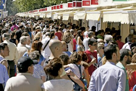 gente paseando en el Parque del Retiro en la Feria del Libro de Madrid 2014