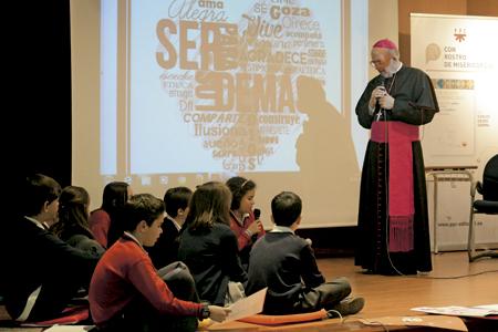 Carlos Osoro, arzobispo de Madrid, en un encuentro con niños de la Fundación Educación y Evangelio para presentar su libro Con rostro de misericordia PPC 27 abril 2016