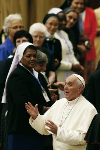 Francisco con religiosas