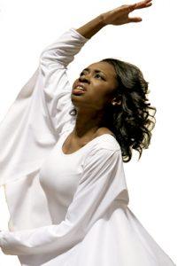 mujer bailarina en una danza durante una celebración litúrgica
