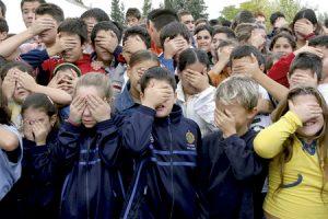 grupo de niños tapándose los ojos con la mano