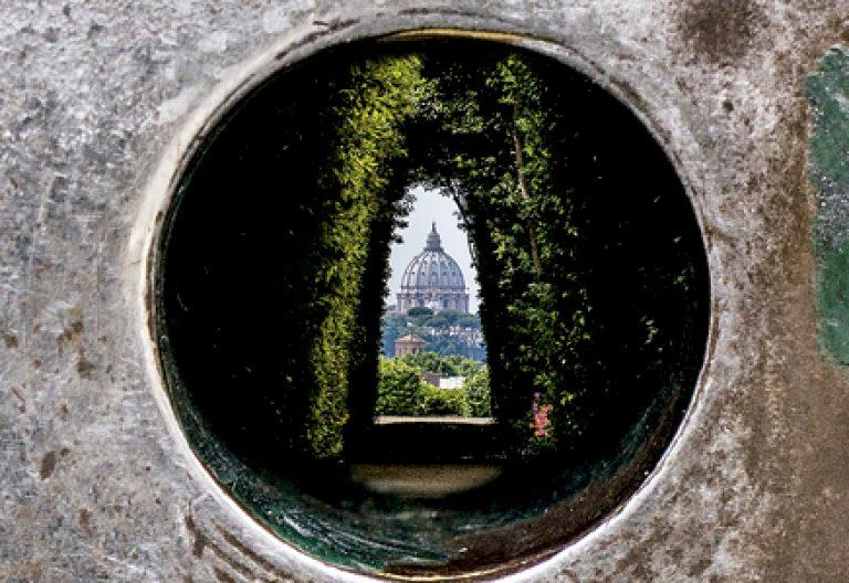 Palacio del Aventino, sede de la Orden de Malta en Roma, a través de la cerradura se ve al fondo la basílica de San Pedro del Vaticano
