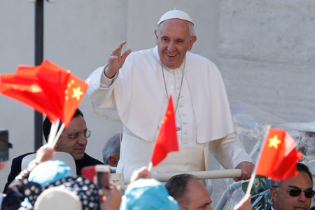 Francisco con bandera china