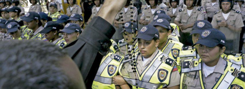 policía de Venezuela vigilando una manifestación de protesta contra el presidente Nicolás Maduro