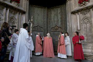 Francesc Pardo, obispo de Girona, durante la apertura de la Puerta Santa en el Año Jubilar de la Misericordia diciembre 2015