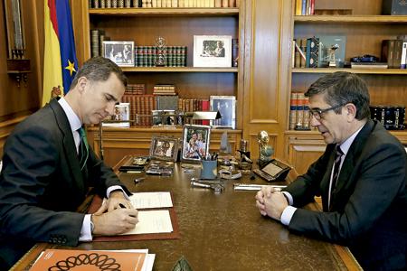 rey Felipe VI con Patxi López firma decreto de disolución de las Cortes y convocatoria de nuevas elecciones 3 mayo 2016