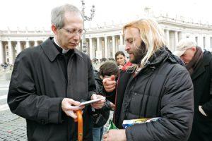 Roberto Carlos entrega el disco inspirado en el Papa a Guido Marini