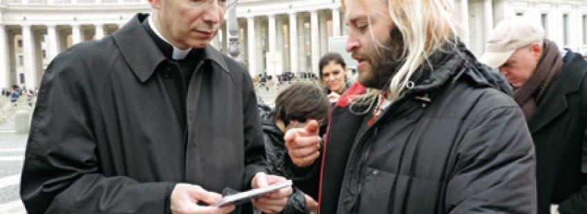 Roberto Carlos entrega el disco inspirado en el Papa a Guido Marino
