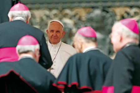 Papa con obispos