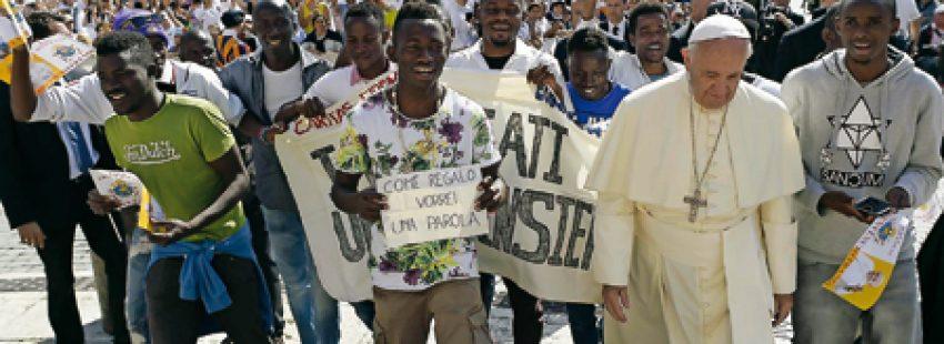 El Papa con el grupo de refugiados