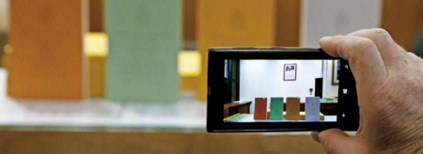 una persona hace una foto con su cámara a los cuatro volúmenes de Amoris laetitia