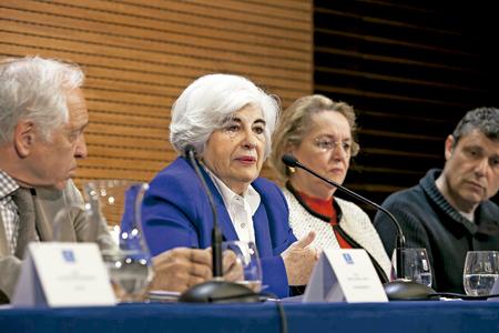 miembros de la Comisión de Memoria Histórica puesta en marcha por Manuela Carmena en Madrid; en el centro, la presidenta, Paca Sauquillo; a la derecha, el sacerdote Santos Urías