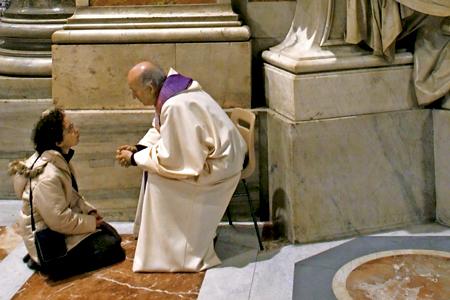 sacerdote sentado en un banco confesando a una mujer de rodillas en el suelo en el Vaticano