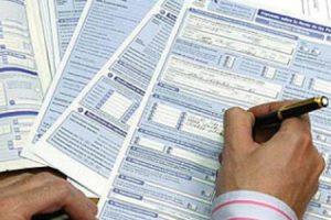 hombre rellenando un formulario para la declaración de la renta
