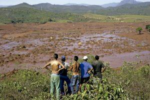 personas miran los efectos de la crisis medioambiental en una zona de Brasil