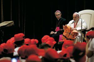 Papa Francisco con chaleco de niña siria