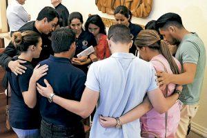 jóvenes en grupo rezan por las víctimas del atentado contra un club gay en Orlando 12 junio 2016